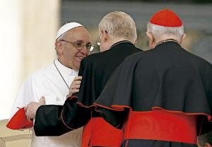 papa Francisco saluda personalmente a varios cardenales