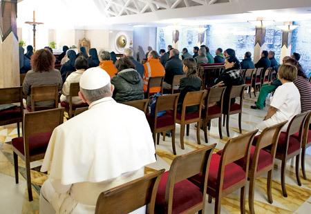 papa Francisco en capilla Santa Marta sentado en los bancos de atrás