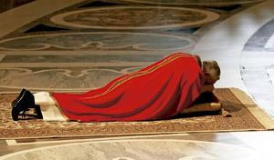 papa Francisco tumbado en el suelo en celebración del Viernes Santo 2013