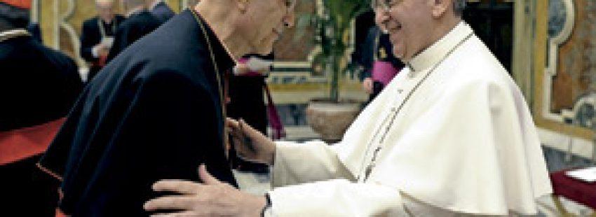 papa Francisco saluda al cardenal Tarcisio Bertone