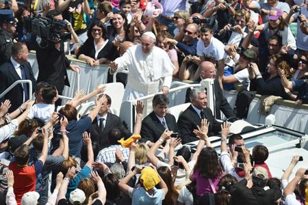 papa Francisco saluda a jóvenes en la Confirmación de 44 personas 28 abril 2013