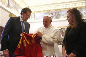 Mariano Rajoy encuentro con papa Francisco regala camiseta selección española de fútbol 15 abril 2013