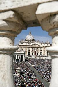 Plaza de San Pedro domingo 21 de abril 2013 confirmaciones a 44 personas