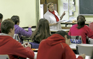 profesora con alumnos en un aula en escuela concertada