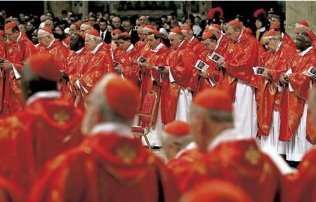 grupo de cardenales rezando en basílica de San Pedro