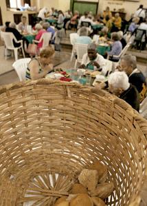 cesto de pan en un comedor social