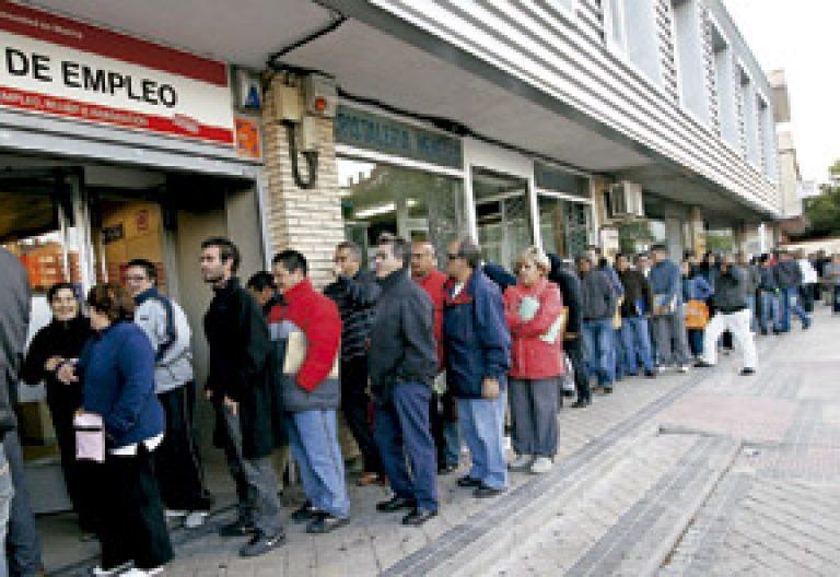 gente personas parados en la cola de una oficina de empleo