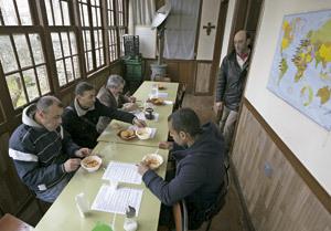 personas comiendo en un comedor social
