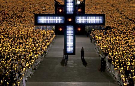 cruz con luces de neón y calles llenas de luces