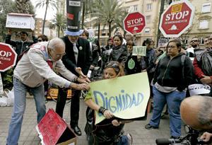 manifestación ciudadana grupo de personas piden dignidad carteles