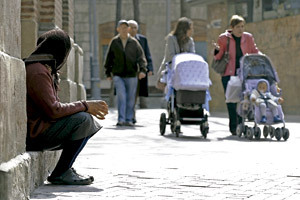 mujer pobre pidiendo en la calle mendicidad