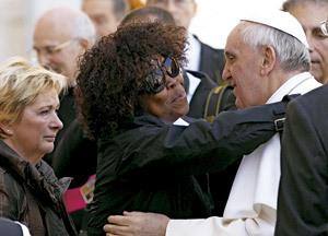 mujer negra abraza al papa Francisco