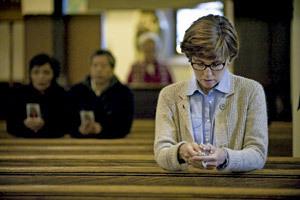 mujer rezando en una iglesia sola en el banco