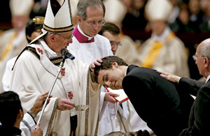 papa Francisco bautiza a un joven en la Vigilia Pascual 2013