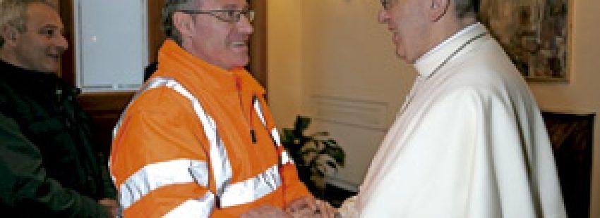 papa saluda a un trabajdor del Vaticano