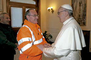 papa Francisco saluda a un trabajador del Vaticano