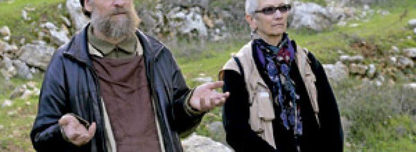 pareja rezando en el campo al aire libre