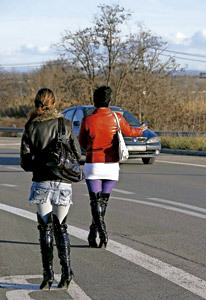 dos chicas ejercen la prostitución en la carretera