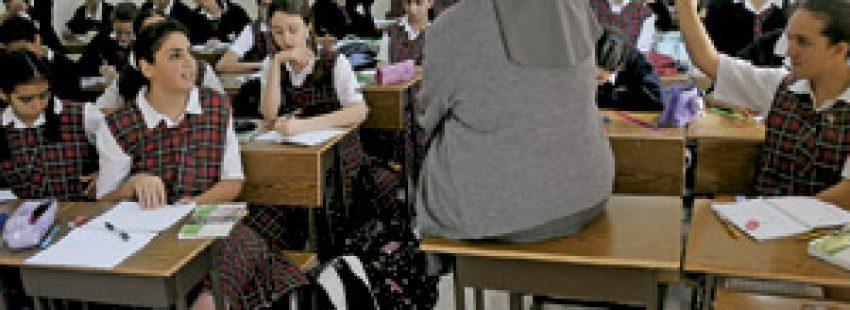 religiosa en el aula en la escuela con grupo de alumnas