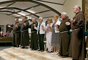 religiosos y laicos rezan juntos cogidos de la mano