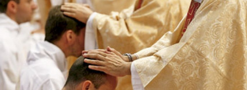 sacerdotes imponen las manos a otros sacerdotes