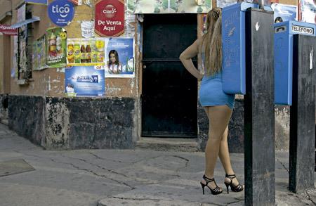 mujer ejerce la prostitución en la calle