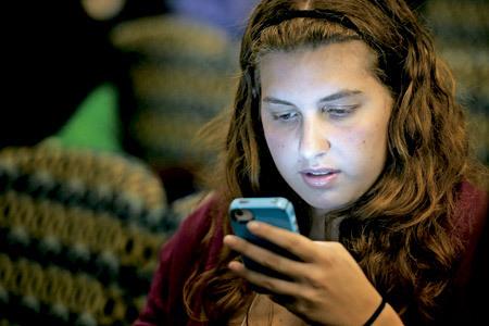 chica joven con teléfono móvil usa Twitter