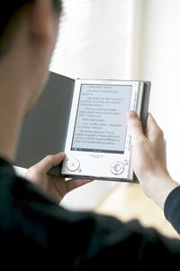 chico leyendo un libro digital en e-book