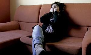 mujer se lleva las manos a la cabeza en signo de desesperanza