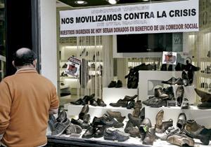 escaparate de un comercio de zapatos con iniciativa sobre la crisis
