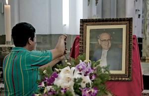 féretro del obispo Juan Gerardi asesinado en Guatemala