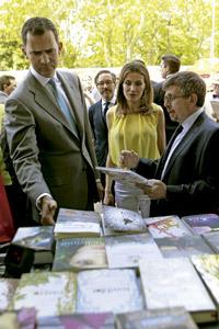 los Príncipes de Asturias en la inauguración de la Feria del Libro de Madrid 2012 con vicepresidente de SM