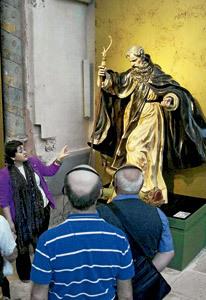 guía explica una exposición de Las Edades del Hombre