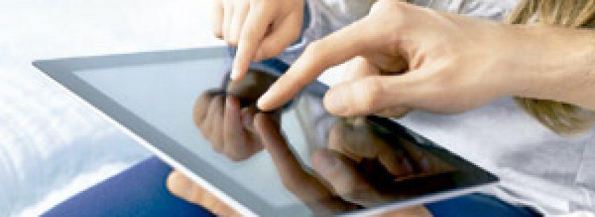 madre e hija con iPad para entrar en redes sociales
