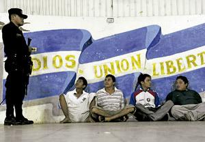 policía custodia a varios pandilleros miembros de maras violentas en El Salvador