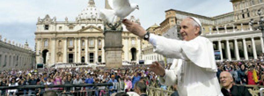 papa Francisco con una paloma durante audiencia