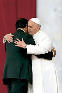 papa Francisco abraza a Paul Bhatti, ministro de las Minorías en Pakistán