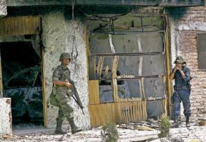 soldados del ejército mexicano en el estado de Michoacán devastado por los narcotraficantes