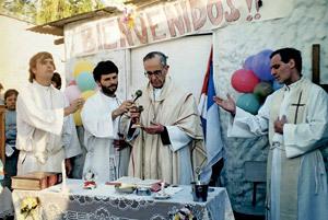 cardenal Jorge Bergoglio oficia misa en una villa miseria
