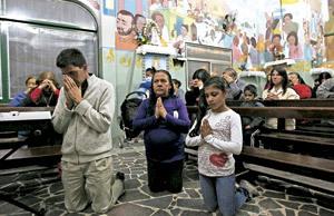 personas rezando en la iglesia en villas miseria en Buenos Aires
