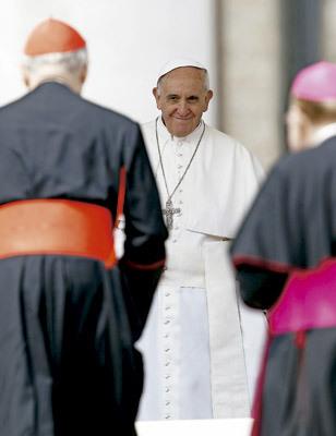 papa Francisco con dos obispos de espaldas