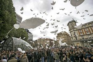 último acto de Gesto por la Paz en Bilbao 1 junio 2013 suelta de globos