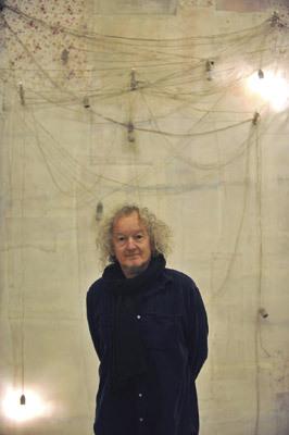 Lawrence Carroll junto a su obra para el pabellón de la Santa Sede en la Bienal de Arte de Venecia 2013