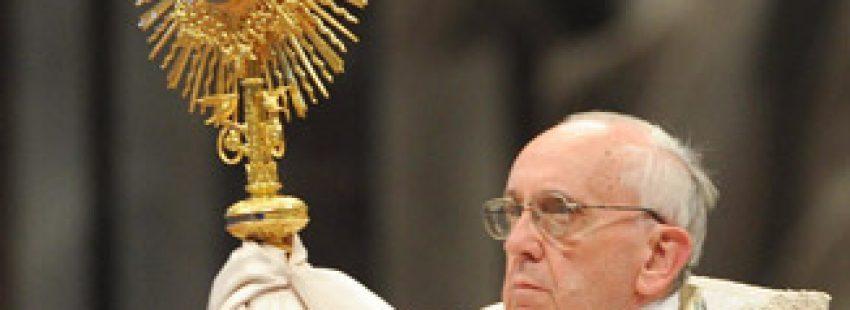 papa Francisco preside adoración eucarística mundial en la basílica de San Pedro 2 junio 2013 Corpus Christi Año de la fe