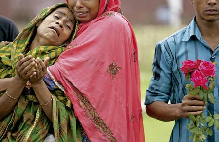 familiares de las víctimas del derrumbe de una fábrica textil en Bangladesh