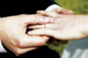 novios en una boda intercambiándose las alianzas
