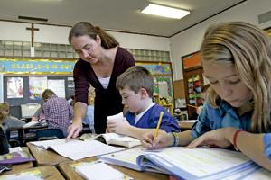 profesora con alumnos en clase de Religión en la escuela