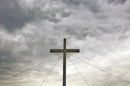 cruz grande anclada con cables de acero