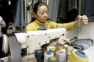 trabajadora en una fábrica textil