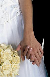 novios recién casados cogidos de la mano